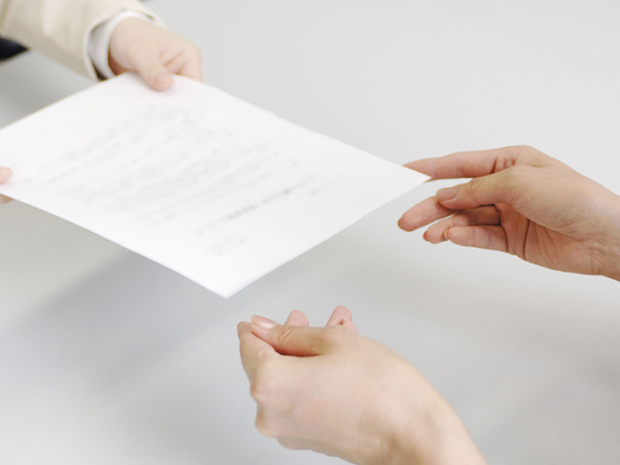 書類の手渡し